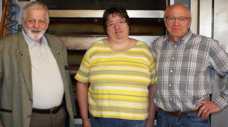 Bäckermeister Heinrich Fischer (ganz rechts) geht in den Ruhestand. In der Mitte seine Frau Monika, links Hohenaltheims Bürgermeister Wulf-Dietrich Kavasch.