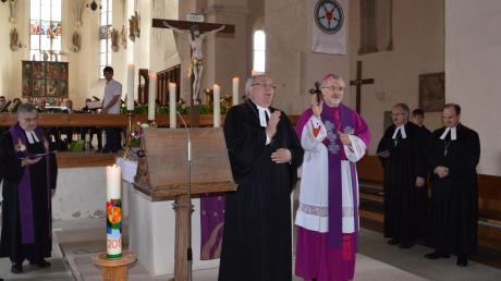 Der Eichstätter Bischof Gregor Maria Hanke (rechts) mit Augsburgs Regionalbischof Michael Grabow (links) vor dem Altar beim Segen. Gemeinsam feierten sie in der Klosterkirche in Auhausen einen Gottesdienst.