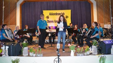 Der Akkordeon-Club Oberes Kesseltal gab sein Frühjahrskonzert. Unser Bild zeigt das Hauptorchester mit Dirigent Willi Stadelmeier und Moderatorin Beatrice Strauß.