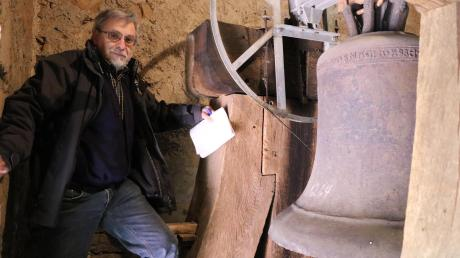 Vertrauensmann Siegfried Metz steht vor der ältesten Glocke im Landkreis Donau-Ries. Mit Kreide ist das Jahr auf die Bronzeglocke mit 92 Zentimeter Durchmesser geschrieben worden, in dem sie gegossen worden ist: 1264.