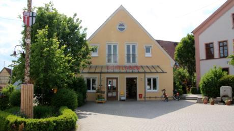 Viele Megesheimer schätzen ihren Dorfladen. Bürgermeister Karl Kolb wünscht sich allerdings, dass noch mehr Bürger in dem Geschäft neben dem Rathaus einkaufen.