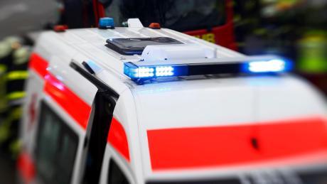 Ein Rettungswagen und ein Auto sind in Günzburg kollidiert.