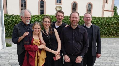 """Patricia Foik (Zweite von links) hat im Wechinger Gemeindehaus einen Monolog aus dem Buch """"Wenn Du geredet hättest, Desdemona"""" in Szene gesetzt."""