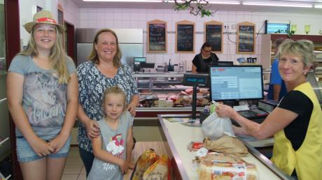 Sarah (12 Jahre) und Franziska (7) kommen mit ihrer Mama Andrea Thum aus Forheim zum Einkaufen in den Dorfladen Amerdingen. Bei Familie Thum kommen Steaks vom regionalen Metzger auf den Grill. An der Kasse: Claudia Schmidt.