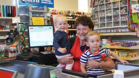 Monika Heckl ist eine der engagierten Verkäuferinnen im Dorfladen Megesheim. Während ihre Tochter Julia Hubel einkauft, kommen die Enkel Emil und Viola zur Oma an die Kasse.