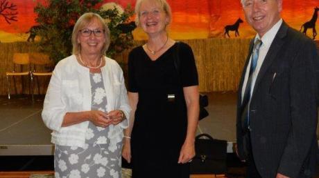 Schulamtsdirektor Michael Stocker (rechts) und Personalratsvorsitzende Gudrun Meier verabschieden Rektorin Renate Kollmer (links), die sichtlich bewegt vom Abschied der Schüler und Lehrer war.