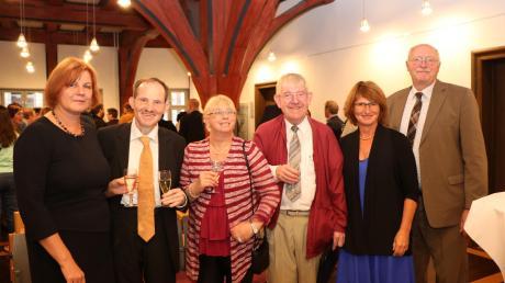 Im Rathaussaal in Oettingen werden 20 Jahre Begleitetes Wohnen gefeiert. Von links: Margit Schmutterer, Gerhard Enzelberger, Annerose Kümpflein, Eduard Schweier, Petra Wagner und Reinhold Bittner.