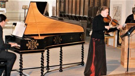 """""""Abfahrt Venedig 1624 Ankunft Hamburg 1734"""": Unter diesem Titel musizierten (von links) Ralf Waldner am Cembalo, Natalija Franceva mit der Geige, Martina Fiedler an der Truhenorgel in der ehemaligen Klosterkirche von Auhausen."""