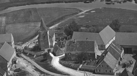 Die Mündung der Rohrach in die Wörnitz an der oberen Kirche in Wechingen im Jahr 1957 mit Blick zur Pfladermühle.