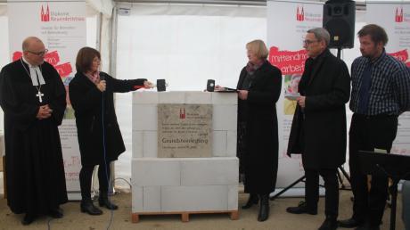 In Oettingen baut die Diakonie Neuendettelsau eine Wohnanlage für 24 Menschen mit Behinderung. Nun wurde der Grundstein dafür gelegt. Unser Bild zeigt von links: Dr. Mathias Hartmann, Petra Wagner, Roswitha Fingerhut, Gerd Ehemann und Klaus Dittrich.