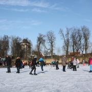 Der Nördlinger Eisplatz öffnete am Dienstag zum ersten Mal. Rund 500 Besucher tobten sich auf dem gefrorenen Bürgerweiher aus.