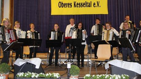 Das Hauptorchester mit dem Dirigenten Franz Schlosser.