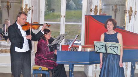 Mit dem Garten des Schlosses Amerdingen im Rücken musizierten Sören Uhde (Geige), Rebecca Maurer (Cembalo) und die Sopranistin Katrin Küsswetter.
