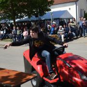 Das Rasenmäherbulldog-Rennen in Minderoffingen. Auf dem Bild ist Lukas Meyer ( 3. Platz).