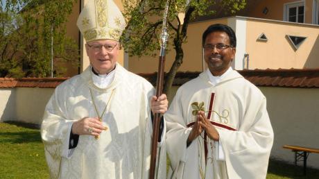 Bischof Konrad Zdarsa (links) bei seinem Besuch mit Pater Antony Kaithottumkal der im August die Pfarreien Munningen und Laub verlassen wird.