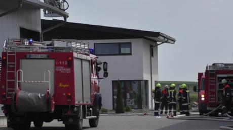 Bei einem Brand in Amerdingen ist am Freitag ein hoher Sachschaden entstanden. Die Solaranlage auf dem Dach eines Einfamilienhauses fing Feuer.