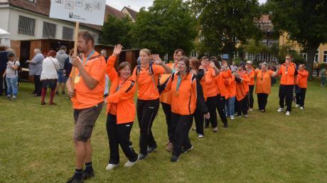 """Die erfolgreichen Athleten der """"Special Olympics"""" zogen beim Johannesfest in den Garten der Einrichtung ein."""