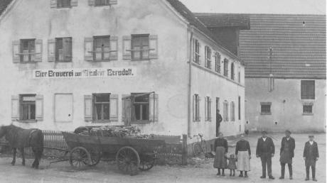 Das Foto aus den 20er Jahren zeigt die Großeltern der Autorin dieses Beitrags, Georg und Maria Bergdolt mit Mägden und Knechten. Das Kind ist Paula Wagner (*1926), ein Besuch aus Fessenheim, die spätere Fischerwirtin.