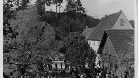 In der Gartenwirtschaft der Alten Bürg ging es in den 1960er Jahren hoch her. Die Besucher kamen meist zu Fuß oder mit Fahrrad. Im Hintergrund ist der abgerissene Schafstadel mit Hühnerlaufgehege zu erkennen.
