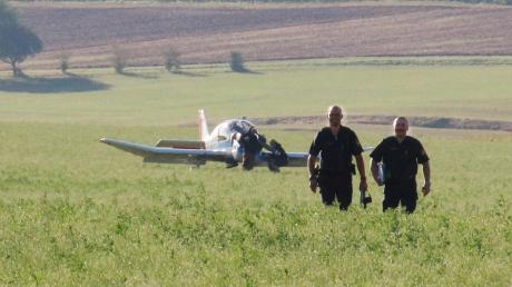Sicher gelandet: Ein Pilot musste am Dienstag sein Kleinflugzeug auf einem Acker bei Amerdingen notlanden. Die Polizei geht nach bisherigen Angaben weder von einem Personen- noch von einem Sachschaden aus.