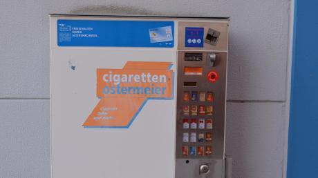 Die Unbekannten stahlen einen Zigarettenautomat. Der Schaden beläuft sich auf rund 5000 Euro.