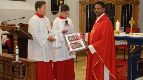 In Munningen ist Pater Antony verabschiedet worden. Unser Bild zeigt ihn rechts zusammen mit den Ministranten Johannes Ferber (links) und Pascal Bühler (Mitte).<b>Foto: Alex Kohler</b>