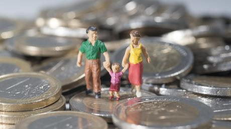 Das Familiengeld erhalten in Bayern ausnahmslos alle Eltern ein- und zweijähriger Kinder, unabhängig von ihrem Einkommen.