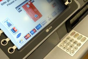 Frau an Geldautomat in Nördlingen bestohlen