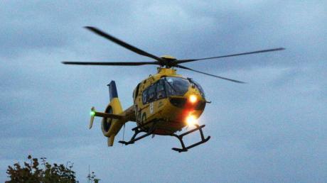 Ein Rettungshubschrauber musste einen verletzten Mann in eine Klinik fliegen.