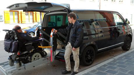 Im Alltag – wie hier zum Beispiel bei Autofahrten – benötigt Matthias Küffner die Hilfe von Assistenten.
