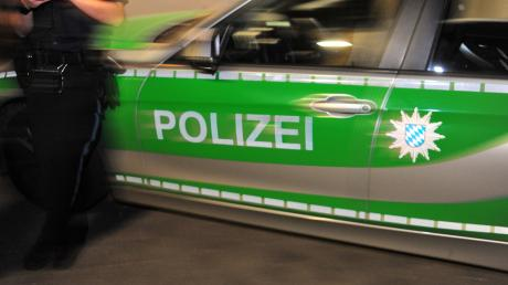 Er war betrunken und er war verletzt: Ein 56-Jahre alter Mann hat in Augsburg im Rettungswagen einen Sanitäter angegriffen und gewürgt.