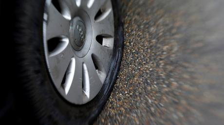In Neresheim wurden zwei Reifen eines Autos zerstochen.