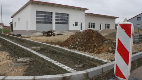 Das neue Feuerwehr- und Gemeindehaus in Munningen macht Fortschritte. Auch die Außenanlagen wurden bereits begonnen.