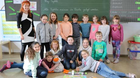 Die Grundschüler in Fremdingen freuen sich über die Möglichkeit, mit Kubo das Programmieren kennenzulernen. Paula Print ist ganz fasziniert in der ersten Reihe mit dabei und staunt nicht schlecht über den kleinen Roboter.