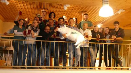 Vom 29. bis zum 31. März findet in Megesheim der 15. Rieser Starkbieranstich statt. Unser Bild zeigt Vertreter der Kraterkultur Megesheim und des Dramatischen Ensembles sowie Brauereichef Christian Maier bei der Verkostung des Starkbiers.
