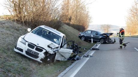 Bei Reimlingen sind zwei Autos frontal zusammengestoßen.