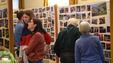 """Bei der Ausstellung zum Thema """"50 Jahre Spiel ohne Grenzen"""" konnten die Besucher in Mönchsdeggingen zig Bilder von vergangenen Veranstaltungen anschauen und in Erinnerungen schwelgen."""