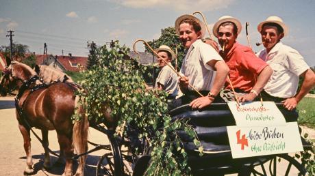 Im Museum Kulturland Ries in Maihingen wird heute Abend eine neue Ausstellung eröffnet. Dabei dreht sich alles um die vielen Frühlingsfeste in der Region – vom Palmsonntag bis zur Nördlinger Mess'. Diese historische Aufnahme ist dabei auch zu sehen; sie zeigt vier Rieser beim Vatertagsausflug.