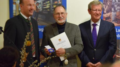 Ernst Schieck (Mitte) bei der Verleihung der Sieben-Schwaben-Medaille. Links Bezirkstagspräsident Martin Sailer, rechts Bezirksrat Peter Schiele.