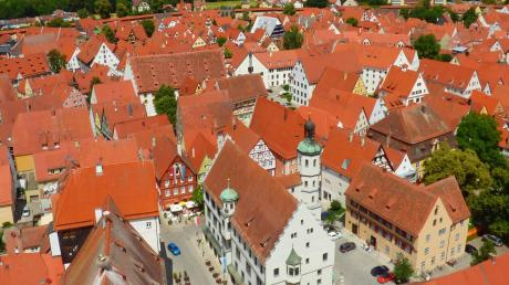 Das Nördlinger Rathaus mitten in der historischen Altstadt.