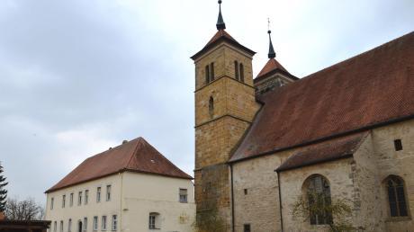 Unmittelbar zwischen Klosterkirche und Rathauskomplex mit Mehrzweckhalle und Kindergarten befindet sich das Prälatur-Gebäude mit großem Grundstück, das von der Gemeinde gekauft wurde.