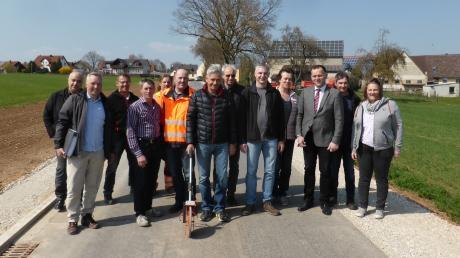 Die Vertreter des Amtes und Verbandes für Ländliche Entwicklung mit der Teilnehmergemeinschaft, der Baufirma und Gemeinde Auhausen unter Führung von Bürgermeister Martin Weiß.