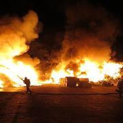 In Möttingen löschte die Feuerwehr einen Brand auf einem Recyclinghof.