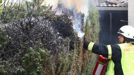 In Vöhringen hat ein Mann unabsichtlich seine Hecke in Brand gesetzt