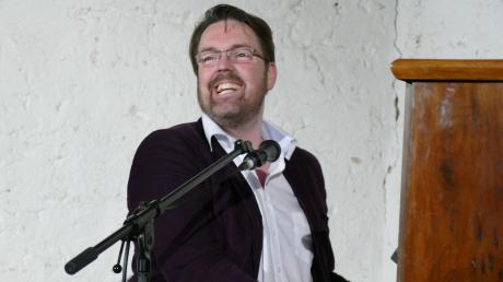 """Der Münchner Musik-Kabarettist André Hartmann präsentierte seine """"musikalisch vollwertige Koch-Show"""" mit dem Titel """"Veganissimo"""" im Reimlinger Konzertstadel."""