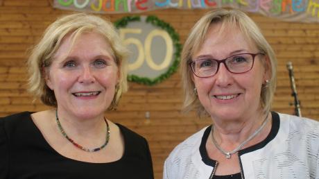 Zur Feier der Grundschule Megesheim trafen sich die amtierende Rektorin Andrea Glaß (links), die die Festgäste begrüßte, und die ehemalige Rektorin Renate Kollmer, die einen Überblick über 50 Jahre Schulgeschichte gab.