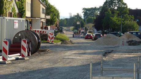 Die Deininger Bürgerversammlung fand links im Ristorante Donau Ries quasi mitten in der Baustelle statt, die natürlich großes Thema war.