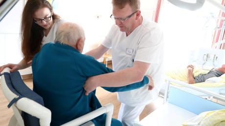 Das Pflegepersonal in den Einrichtungen des gemeinsamen Kommunalunternehmens im Landkreis soll gegenüber 2018 um 20 Beschäftigte aufgestockt werden, haben Personalrat und gKU-Vorstand vereinbart. (Symbolbild)