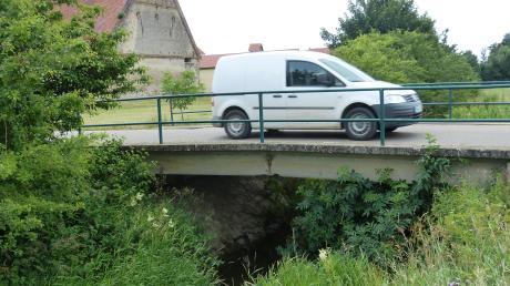 Die Mauchbrücke in Deiningen soll saniert werden, der Gemeinderat entschied sich für Spundwände aus Metall.