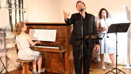 Im Konzertstadl in Reimlingen spielte das Trio Luz y Sombro in folgender Besetzung: Katja Steinhauser am Klavier, Sänger Valentin Flores und Klarinettistin Kymia Kerami.